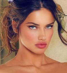 Adriana Lima is a popular Brazilian model and actress who was born on June 1981 in Bahia, Brazil. Check Adriana Lima height, age, net worth and wiki. Gorgeous Makeup, Pretty Makeup, Makeup Looks, Elegant Makeup, Adriana Lima Makeup, Adriana Lima Eyes, Adriana Lima Style, Brazilian Models, Brazilian Women