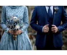 Bir mavilik aldı her yerimizi 💙 Muslim Couple Photography, Wedding Photography Poses, Wedding Poses, Wedding Couples, Wedding Ideas, Foto Wedding, Dream Wedding, Wedding Hijab Styles, Egyptian Wedding