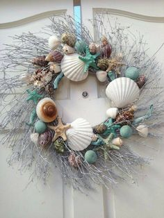 Beach House Decor Beach House Style Ideas - Decorate for the Holidays - . - Beach House Decor Beach House Style Ideas – Decorate for the Holidays – - Coastal Wreath, Seashell Wreath, Seashell Crafts, Beach Crafts, Coastal Decor, Diy Crafts, Beach Wreaths, Seashell Projects, Nautical Wreath