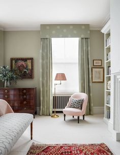 It was only after dispelling a ghostly presence that the interior designer Virginia Howard was able to start reorganising the space in this London flat, introducing neutral schemes with hints of pink Bedroom Green, Home Bedroom, Master Bedroom, Bedroom Decor, Bedroom Curtains, Bedroom Ideas, Howard House, Old Country Houses, Traditional Bedroom