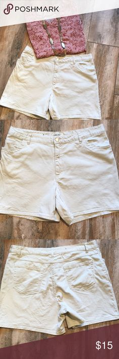 Cherokee women's shorts. Adorable Cherokee women shorts. 98% cotton 2% spandex. Inseam 5 inches. In EUC. Cherokee Shorts Bermudas