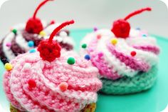 Amigurumi Food: Swirly Cupcake - Free Crochet Pattern here: http://blog.twinkiechan.com/2014/08/11/video-tutorial-free-pattern-swirly-cupcake-hair-clips/