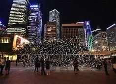 Les lucioles de Jim Campbell envahissent Honk Kong   En utilisant la ville comme décor de sa dernière installation lumineuse, l'artiste avait fort à faire tant la ville chinoise brille d'ores et déjà de milles feux la nuit. Aussi, pour illuminer le square publique d'Edinburgh Place, il lui fallut plus de 2000 ampoules LED. Le résultat, nommé Scattered Light, invite le promeneur à déambuler dans une sorte de nuage de lumière.
