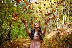Mujer Joven En El Parque En Un Otoño De Lanzamiento Callejón Deja En El Aire Fotos, Retratos, Imágenes Y Fotografía De Archivo Libres De Derecho. Image 33375527.