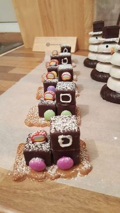 Lokomotive aus Dominosteinen, ein leckeres Rezept aus der Kategorie Raffiniert &… Locomotive made of dominoes, a delicious recipe from the category Refined & inexpensive. Food Items, Gingerbread, Food And Drink, Cupcakes, Cupcake Frosting, Yummy Food, Sweets, Stuffed Peppers, Baking