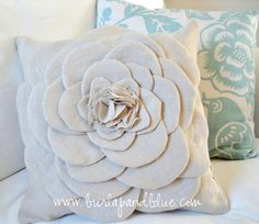 diy flower pillow - tutorial I am trying this! Fabric Crafts, Sewing Crafts, Sewing Projects, Diy Projects, Diy Throw Pillows, Decorative Pillows, Burlap Pillows, Decor Pillows, Floral Pillows