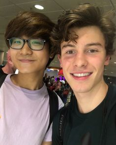 "3,902 curtidas, 42 comentários - Shawn Mendes Updates (@shawnmendesupdates1) no Instagram: ""Shawn meeting fans at the airport in Singapore today #shawnmendes #illuminateworldtour…""07/12/17"