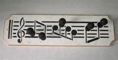 Perchero con notas musicales muy particular, útil y lindo.