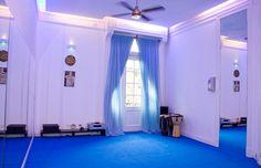 La sala de práctica perfectamente acondicionada con piso especial de goma E.V.A. espejos, ventilación y calefacción, iluminación y aislación sonora.