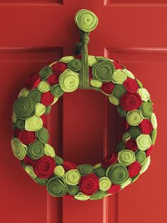 Craft How-to: Ring of Roses - any colors can go for this! Think baby room, any holiday, craft room, use sparkle or printed felt too - teen room??!!! ;)