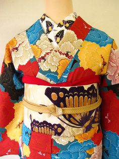The latest color-bending furisode from Mamechiyo is using primary colors with black and white in nearly equal amounts with nearly equal spacing, so the effect is actually a sort of checkerboard...