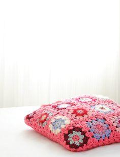 Housse coussin tricotée rose rouge violet. Housse fleurs. Fait main. Vendu avec rembourrage. Coussin en laine 50x50cm. Coussin enfant bébé