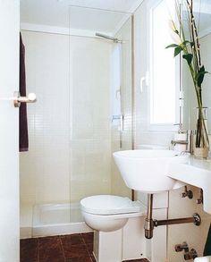 Lavabo volado; de él parte una encimera estrecha (Small Bathroom)