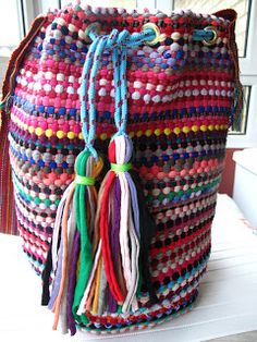 marymerche: alfombra = bolso Diy Clutch, Diy Purse, Hippie Purse, Hippie Boho, T Shirt Yarn, T Shirt Diy, Hand Knit Bag, Hippie Crafts, Handmade Purses