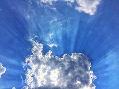 Punta sempre al cielo perché dove non ci sono barriere capisci che è più facile volare piuttosto che rimanere a pensare di poterlo fare... #giornomondo #buongiorno #sky #blue #sun #picoftheday #goodmorning #weather #instaweather #emotions #moments #follow #daianalorenzato #view #capture #focus #mindfulness #namaste #yoga #fly #instamood #instagood