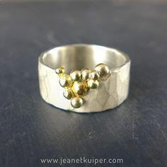 tuilring van gehamerd zilver met gouden balletjes
