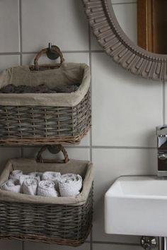 Hanging Baskets for Storage - The Little White House: Gestän .- Hanging Baskets for Storage – Das kleine weisse Haus: Geständnisse, Einblicke u… Hanging Baskets for Storage – The Little White House: Confessions, Insights and Living Ideas - Diy Bathroom Decor, Bathroom Storage, Small Bathroom, Diy Home Decor, Bathroom Ideas, Bathrooms, Diy Storage, Storage Baskets, Towel Storage