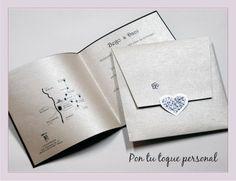 Invitación de boda troquelada con un diseño personalizado. Interior con mapa y sobre a medida en papel de color platino.