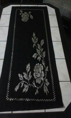 This Pin was discovered by Gül Loom Beading, Hand Embroidery, Bohemian Rug, Diy And Crafts, Black And White, Beads, Sewing, Flowers, Pattern