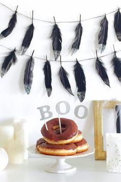 ハロウィンの飾り付けにグリッターで今年流フェザーガーランドの作り方