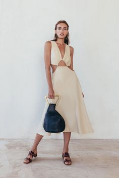 These dresses are going to make you feel like an elegant goddess. And the best part of these dresses? They are so versatile, so you can wear them to almost any occasion. Looks Chic, Elegant Outfit, Fashion Show, Fashion Design, Summer Outfits, Beige Summer Dresses, Ideias Fashion, Creations, Fashion Dresses