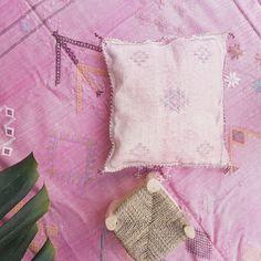 Precioso almohadón muy suave tejido a mano en Marruecos a partir de seda de cactus. #regaloboho #regalo #regalodenavidad #cojin
