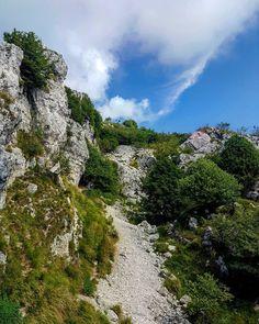 Lungo il percorso per il Monte Linzone ci sono ancora scorci rocciosi come questo! #montagna #trekking
