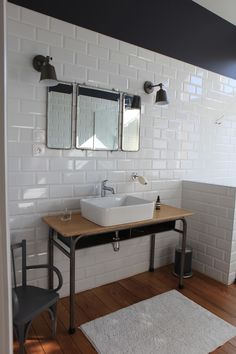 Création et réalisation d'une salle de bain par studio déco Poivre et Sel, choix des artisans, des matériaux, des couleurs, et achat ou chinage du mobilier.