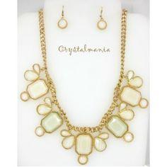 Set de collar y aretes en base dorada con tono beige estilo C3024