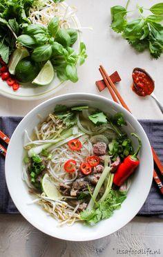 Pho Bo - dé noedelsoep uit Vietnam - It's a food life Asian Recipes, Healthy Recipes, Ethnic Recipes, Healthy Food, Pho Bo, A Food, Food And Drink, World Recipes, Recipes