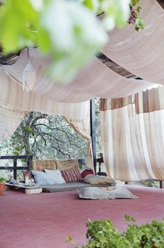 Living outdoors in the Mediterranean Modern Bohemian, Outdoor Furniture, Outdoor Decor, Valance Curtains, Eye Candy, The Outsiders, Home And Garden, Exterior, Vacation