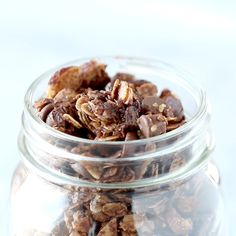 The Ultimate Chocolate Granola with almonds, oats, coconut flakes, chocolate chips, topped with crunchy sugar and sea salt. Healthy Sweets, Healthy Breakfast Recipes, Healthy Snacks, Healthy Recipes, Healthy Life, Chocolate Granola, Chocolate Chips, Low Carb Brasil, Breakfast And Brunch