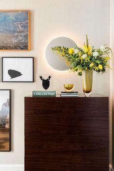 Decoração, detalhes da decoração, cômoda, cômoda de madeira, Cristais Cá d'Óro, quadros, obras de arte, flores, vasos, bowls.