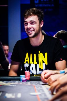 "Ole Schemion en el WPT National de Vienna con la camiseta de Aslive ""ALL IN, CALL, SHIT"" ♠♠♠"