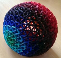 Varios artistas muestran como crear una esfera geodésica con nada más que papel pintado o en todo caso cartón
