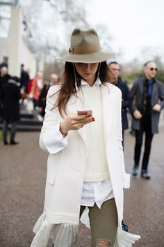 On the Scene…At Burberry, London (from The Sartorialist) See more at www.thesartoriali… On the Scene…At Burberry, London (from The Sartorialist) See more at www. Looks Street Style, Looks Style, Looks Cool, Style Me, The Sartorialist, Look Fashion, Fashion Outfits, Womens Fashion, Fashion Trends