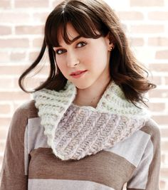The weather is starting to get chilly use this free pattern to crochet a reversible cowl! Or give it as a DIY holiday gift for a loved one! | Free Crochet pattern