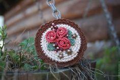 손뜨개브로치 아이디어 대방출~!! [코바늘] : 네이버 블로그 Crochet Ball, Cute Crochet, Crochet Motif, Crochet Flowers, Crochet Home Decor, Brooches Handmade, Easy Crochet Patterns, Crochet Clothes, Diy Gifts