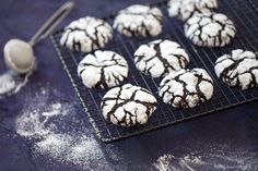 Popękane ciasteczka (Crinkle cookies)   Okruszynki Crinkle Cookies, Crinkles, Food And Drink, Chocolate, Chocolates, Brown