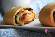 kruche babeczki: Drożdżowe bułeczki z salami, rukolą, suszonym pomidorem i mozzarellą