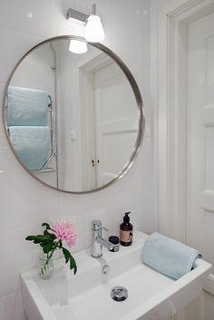 Fint med rund spegel i badrummet. House Bathroom, Decor, Small Bathroom, Bathrooms Remodel, Interior Inspo, Round Mirror Bathroom, Scandinavian Bathroom, Bathroom Mirror, Home Decor