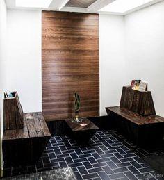 Sala de espera con muebles y panel de palés • Waiting room with pallet furniture and panel