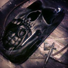 Tapa de compartimiento, calavera y granada monocromo blanco y negro. Skull and Grenade black and white by RHM Arte Visual de Aire y Pintura Airbrush Art