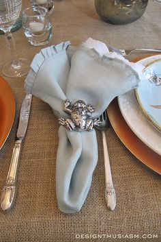 Nature themed tablescape | Designthusiasm.com | #tablesetting #eventdecor #tablescape #holidaydecor #passovertable #potterybarn #napkins #napkinrings ❤❦♪♫