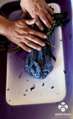 Técnica milenaria del pueblo indígena de Boruca-Costa Rica, tintes naturales hechos con plantas para teñir sus hilos y realizar sus telas. www.facebook.com/autoctonoder