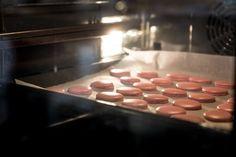 Få her en grundopskrift på fejlfri macarons der virker - hver gang. Og bliv også introduceret til en sej produktnyhed fra Kenwood.