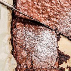 Klissete brownie som er sprø utenpå og myk inni. Det er lett å få det til! Her får du triksene og oppskriften som gir garantert suksess.