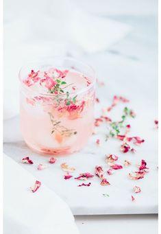 Prachtige cocktails met bloemblaadjes | Meer inspiratie en ideeën voor een persoonlijke invulling van de uitvaart vind je op http://www.rememberme.nl/