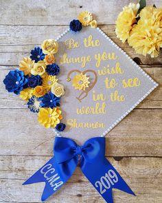 Graduation Cap Toppers, Graduation Decorations, Cap Ideas, Grad Pics, Paper Flowers, Instagram, Manualidades