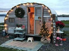 44 Vintage Camper Decor Transformed Into A Cozy Place Small Camper Trailers, Small Campers, Vintage Campers Trailers, Vintage Caravans, Small Trailer, Airstream Trailers, Rv Campers, Retro Campers For Sale, Retro Travel Trailers